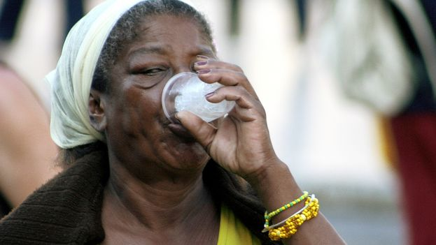 Woman drinking (14ymedio)